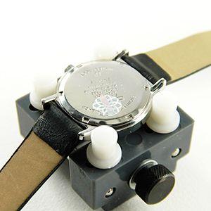 Ouvrir une montre vissée avec balle Changer une pile de